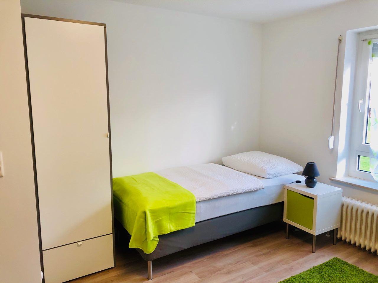Zimmer 2 – Bett mit Schrank