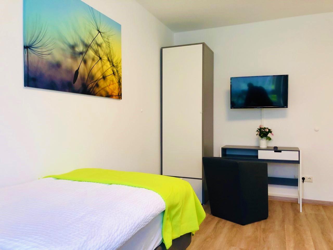 Zimmer 2 – Bett mit Sitzecke